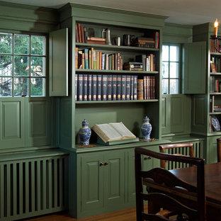 Новые идеи обустройства дома: отдельная столовая среднего размера в классическом стиле с бежевыми стенами, темным паркетным полом и коричневым полом без камина