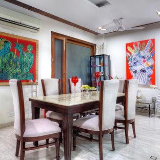 Imagen de comedor bohemio, de tamaño medio, con paredes blancas, suelo de mármol y suelo blanco