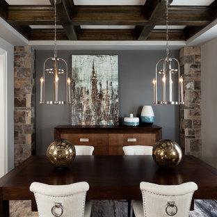 Idéer för en mellanstor klassisk matplats, med grå väggar, mellanmörkt trägolv och brunt golv