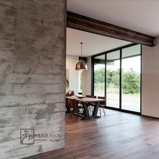 Imagen de comedor actual, de tamaño medio, abierto, con paredes grises y suelo de mármol