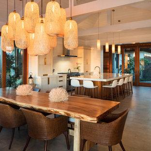 Пример оригинального дизайна: гостиная-столовая среднего размера в морском стиле с белыми стенами, полом из керамической плитки и серым полом