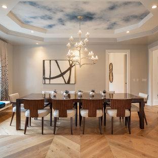 Esempio di una sala da pranzo classica con pareti grigie, pavimento in legno massello medio, pavimento marrone, soffitto ribassato e soffitto in carta da parati