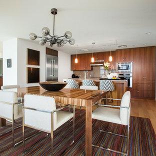 Idee per una sala da pranzo aperta verso la cucina minimalista di medie dimensioni con pavimento in compensato e pareti bianche