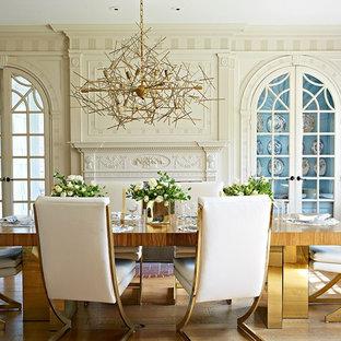 Idee per una sala da pranzo classica chiusa con pareti blu, camino classico e pavimento in legno massello medio