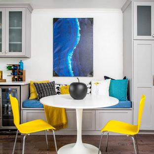 Immagine di un'ampia sala da pranzo aperta verso la cucina classica con pavimento in legno massello medio