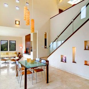 Idee per una grande sala da pranzo aperta verso il soggiorno contemporanea con pavimento in travertino, pavimento beige, pareti bianche, camino classico e cornice del camino in legno
