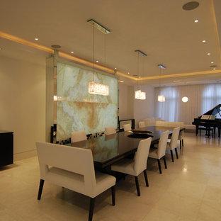 Imagen de comedor de cocina minimalista, grande, con paredes beige y suelo de mármol