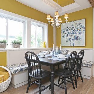 Imagen de comedor de cocina de estilo de casa de campo, pequeño, sin chimenea, con suelo de madera clara, paredes amarillas y suelo beige