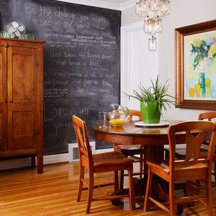 Ejemplo de comedor de cocina clásico, pequeño, sin chimenea, con paredes beige y suelo de madera en tonos medios