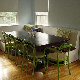 Foto de comedor de cocina clásico, de tamaño medio, sin chimenea, con paredes azules y suelo de madera en tonos medios