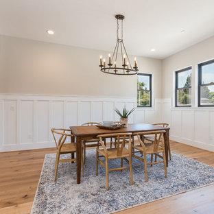 Exempel på en mellanstor lantlig matplats med öppen planlösning, med beige väggar, ljust trägolv och beiget golv