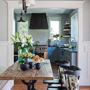 Modelo de comedor de cocina de estilo americano, de tamaño medio, sin chimenea, con paredes grises, suelo de madera en tonos medios y suelo marrón
