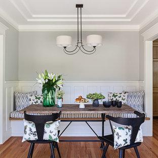 Idee per una sala da pranzo aperta verso la cucina american style di medie dimensioni con pareti grigie, pavimento in legno massello medio, nessun camino e pavimento marrone