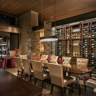 На фото: огромная гостиная-столовая в современном стиле с бежевыми стенами и полом из известняка без камина