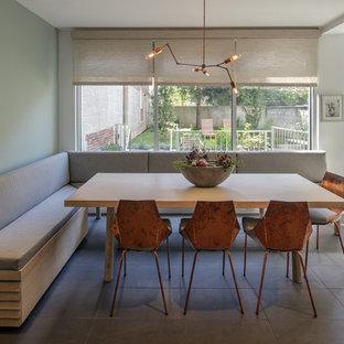 Свежая идея для дизайна: большая кухня-столовая в стиле модернизм с синими стенами и полом из керамической плитки без камина - отличное фото интерьера