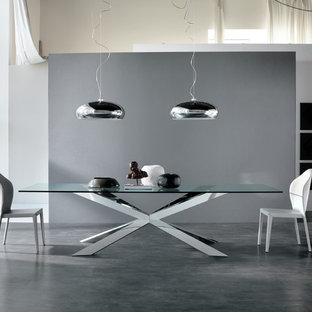 Idee per una grande sala da pranzo aperta verso il soggiorno minimalista con pareti grigie, pavimento in cemento e pavimento grigio