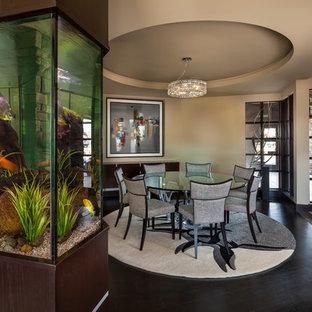 Modernes Esszimmer mit beiger Wandfarbe, dunklem Holzboden und schwarzem Boden in Denver