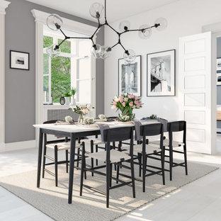 Esempio di una grande sala da pranzo aperta verso la cucina moderna con pareti grigie, parquet chiaro, nessun camino e pavimento bianco