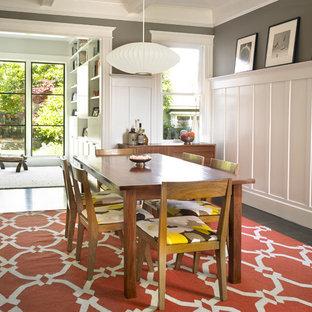 Diseño de comedor contemporáneo, pequeño, cerrado, sin chimenea, con paredes grises, suelo de madera oscura y suelo marrón