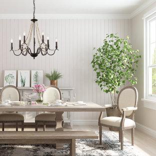 Exempel på en mellanstor modern separat matplats, med beige väggar, heltäckningsmatta, en öppen hörnspis, en spiselkrans i tegelsten och beiget golv