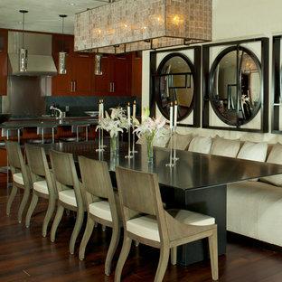 Idées déco pour une salle à manger ouverte sur la cuisine moderne avec un mur blanc et un sol en bois foncé.