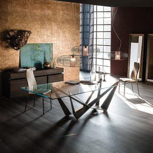 Cette photo montre une grande salle à manger ouverte sur le salon éclectique avec un mur marron et un sol en bois foncé.