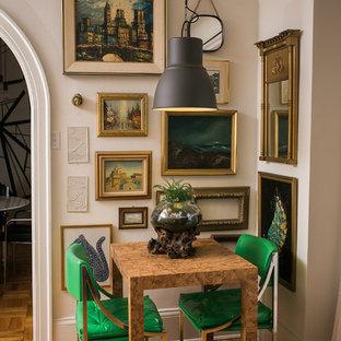 Kleines Stilmix Esszimmer mit weißer Wandfarbe und braunem Holzboden in Chicago