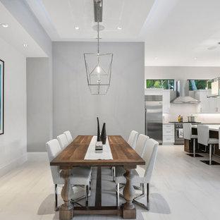 Foto di una sala da pranzo aperta verso il soggiorno con pareti grigie, pavimento in gres porcellanato, pavimento bianco e soffitto a cassettoni