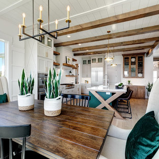 Diseño de comedor campestre, de tamaño medio, abierto, sin chimenea, con paredes blancas, suelo de madera clara y suelo beige