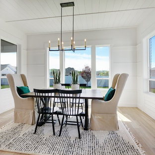 Lantlig inredning av en mellanstor matplats med öppen planlösning, med vita väggar, ljust trägolv och beiget golv
