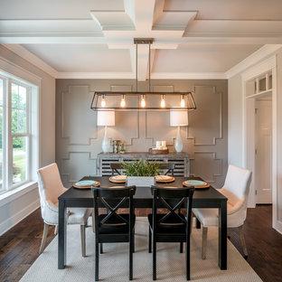 Ispirazione per una sala da pranzo country chiusa con pareti bianche, parquet scuro e pavimento marrone