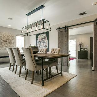 Идея дизайна: отдельная столовая в стиле кантри с серыми стенами и темным паркетным полом без камина