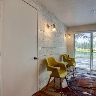 Esempio di una sala da pranzo aperta verso il soggiorno stile rurale di medie dimensioni con pareti bianche, pavimento in laminato e pavimento marrone