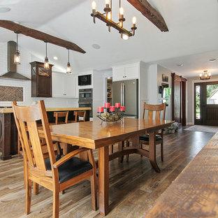 Foto de comedor de cocina de estilo de casa de campo, grande, con paredes grises, suelo vinílico y suelo verde