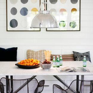 Modelo de comedor retro con paredes blancas y suelo de madera en tonos medios
