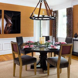 Foto di una grande sala da pranzo country chiusa con pavimento in legno massello medio, nessun camino e pareti gialle