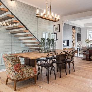 Ejemplo de comedor de cocina de estilo de casa de campo, grande, con paredes blancas, suelo de madera clara y suelo beige