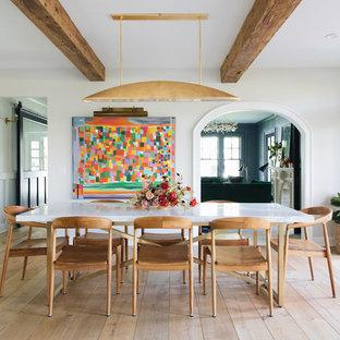 Foto de comedor retro, cerrado, con paredes blancas, suelo de madera clara y suelo beige