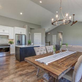 Ispirazione per una sala da pranzo aperta verso il soggiorno tradizionale con pareti grigie, pavimento in vinile e pavimento marrone