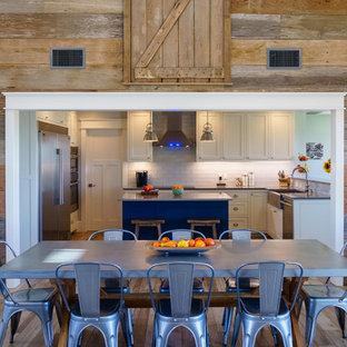 Diseño de comedor de estilo de casa de campo, de tamaño medio, abierto, con suelo de baldosas de cerámica, paredes marrones y suelo beige
