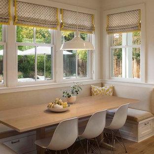 Modelo de comedor de cocina campestre con paredes blancas y suelo de madera clara