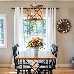 Diseño de comedor de estilo de casa de campo, pequeño, sin chimenea, con paredes grises, suelo de madera en tonos medios y suelo marrón