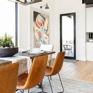 Imagen de comedor de cocina clásico renovado, de tamaño medio, con paredes blancas, suelo de madera clara y suelo marrón