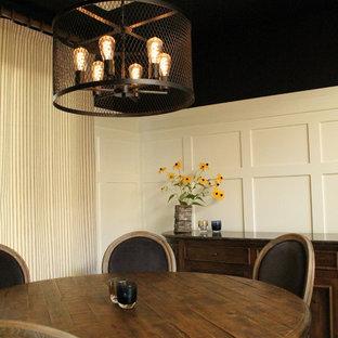 Foto di una sala da pranzo country di medie dimensioni e chiusa con pareti nere, pavimento in legno massello medio, nessun camino e pavimento marrone