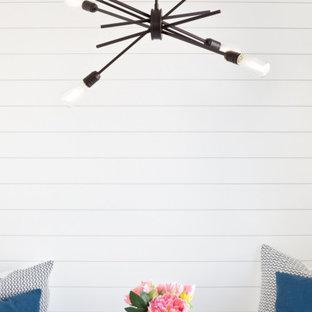 Inspiration för en mellanstor lantlig matplats, med vita väggar, mörkt trägolv och brunt golv