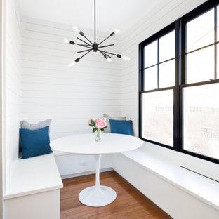 Foto di un angolo colazione country di medie dimensioni con pareti bianche, parquet scuro, pavimento marrone e pareti in perlinato