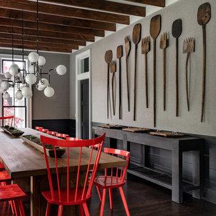 Foto de comedor de cocina de estilo de casa de campo, grande, con paredes grises, suelo de madera oscura y suelo marrón