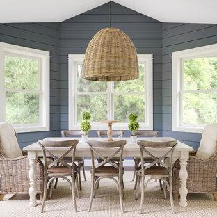 Неиссякаемый источник вдохновения для домашнего уюта: столовая среднего размера в стиле кантри с синими стенами, темным паркетным полом и коричневым полом