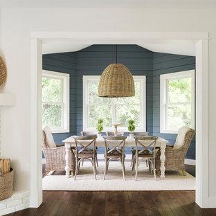 Foto di una sala da pranzo moderna di medie dimensioni con pareti blu, parquet scuro, camino ad angolo, cornice del camino in mattoni e pavimento marrone