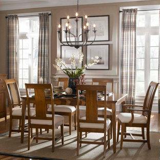 Esempio di una piccola sala da pranzo aperta verso la cucina minimalista con pareti bianche, pavimento in compensato, cornice del camino in legno e pavimento marrone